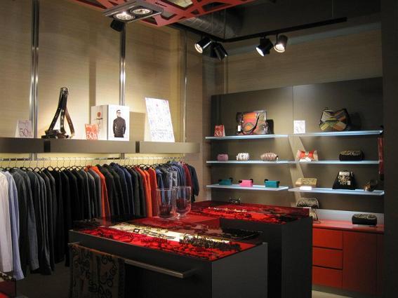 deee109ab9d La diferencia de la tienda con respecto a otras se aprecia desde el mismo  momento en que entras en ella, con esos tonos rojos y cálidos que inundan  todo su ...