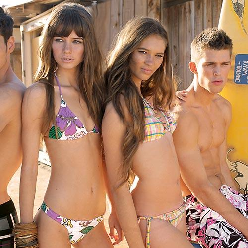 A sus pies bikini adolescentes